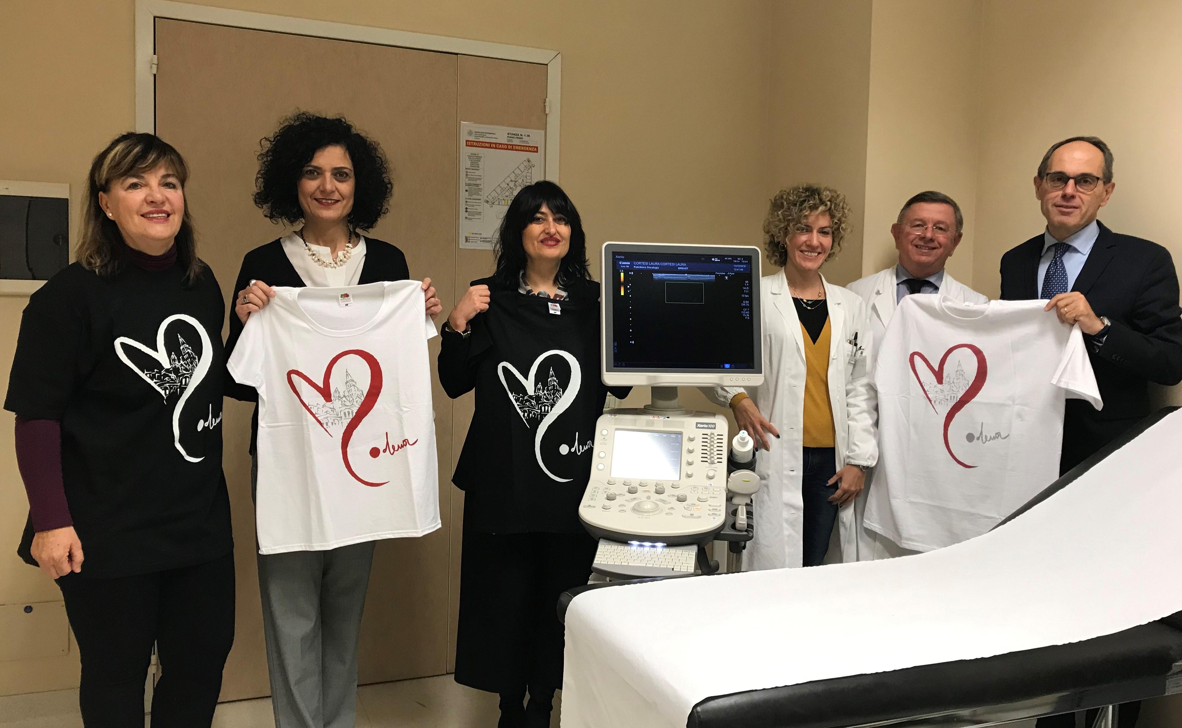 Il gruppo dei medici e dei donatori con le magliette dell'iniziativa