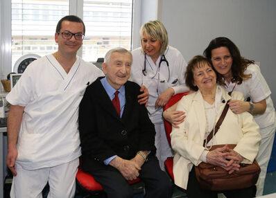 Otello e Maria insieme ad alcuni sanitari del reparto