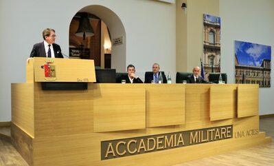 Il presidente Giancarlo Muzzarelli assieme alla Direzione Aziendale