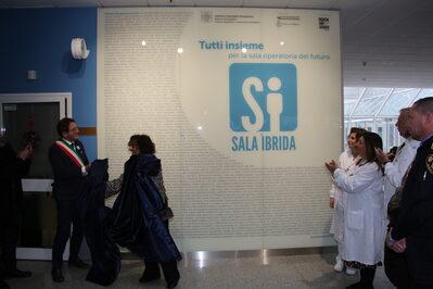 La scopertura della parete dedicata ai donatori