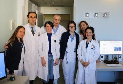 Il prof. Meletti con gli infermieri e i tecnici