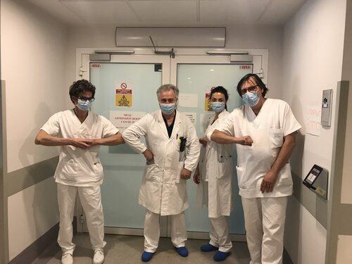 Il dottor Brugioni con alcuni dei medici del MIAC prestati alla COVIDRoom