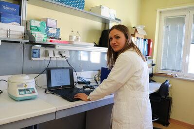 Una ricercatrice all'opera con la nuova apprecchiatura