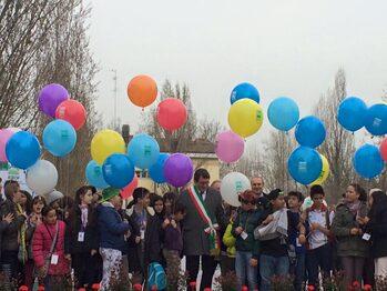 Il Sindaco Gian Carlo Muzzarelli con i bambini delle scuole (Foto Policlinico)