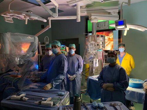Il prof. Di Sandro con medici della chirurgia trapianti e strumentista