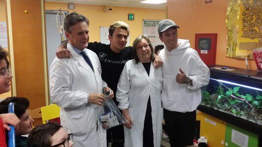 Il prof. Iughetti e la dottoressa Cellini insieme a Benji e Fede